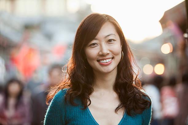 retrato de sorrindo meados mulher adulta de houhai, beijing - 35 39 anos - fotografias e filmes do acervo