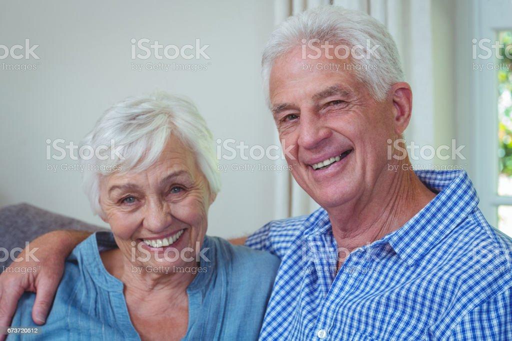 Portrait de sourire à la retraite couple avec bras autour photo libre de droits