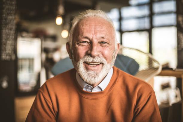 porträt von lächelnden senior geschäftsmann. hautnah. - einzelner senior stock-fotos und bilder