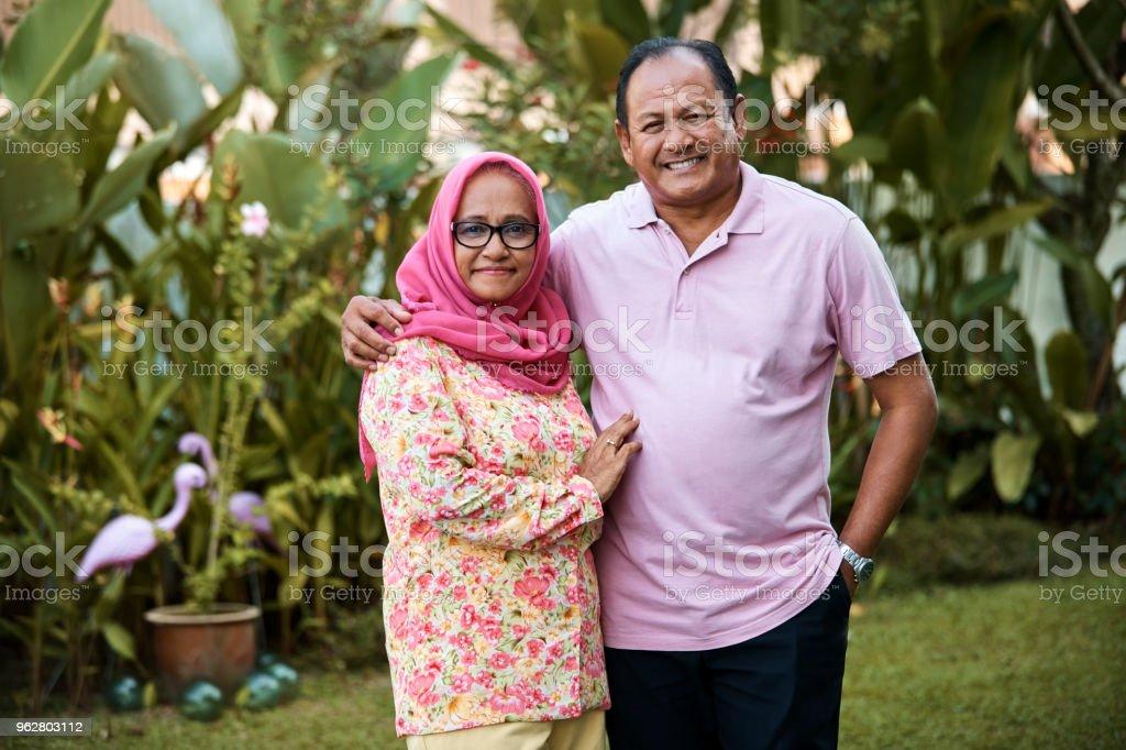 Retrato de casal sênior no quintal a sorrir - Foto de stock de Adulto royalty-free