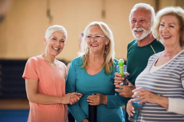 Porträt lächelnder Senioren bei Tanzklasse – Foto