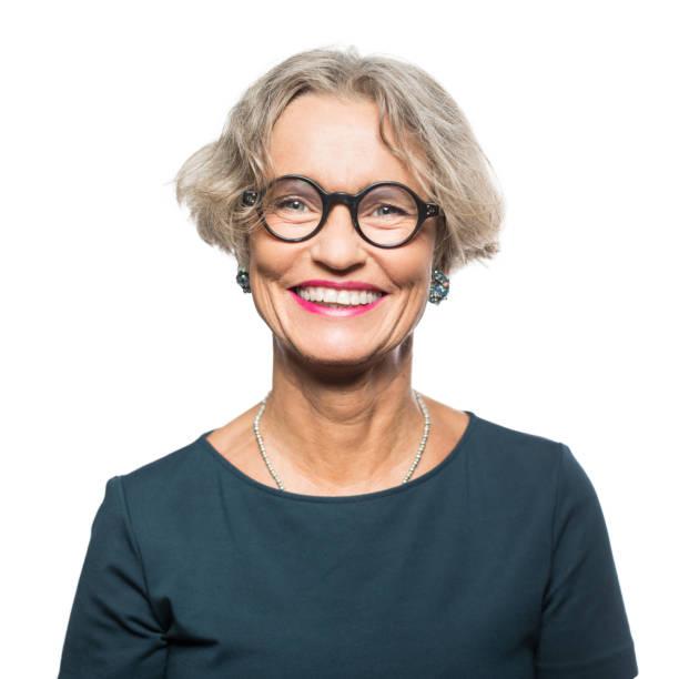 retrato de mulher senior sorridente com óculos - da cintura para cima - fotografias e filmes do acervo