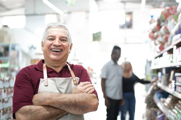 도매에서 미소 짓는 시니어 노동자의 초상화 - 시장 소매점 뉴스 사진 이미지