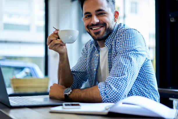 porträt von lächelnden geschickter programmierer genießen mittagspause trinken heißen kaffee inspirieren bei gutem wetter immer bereit für die arbeit hart im büro sitzen mit laptops mit wifi verbunden - lustige trinkspiele stock-fotos und bilder