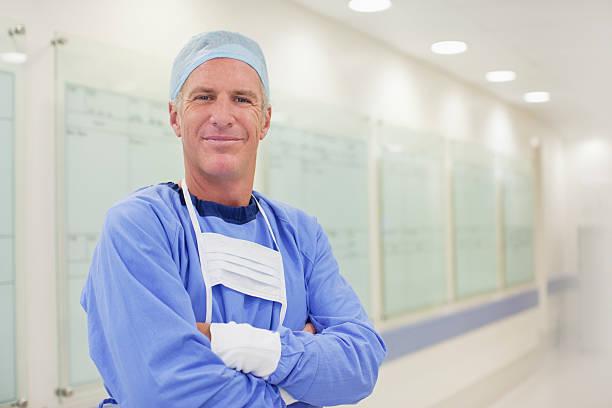 ritratto di sorridente in un corridoio di ospedale chirurgo - chirurgo foto e immagini stock