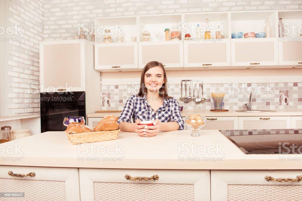 焼きたてのケーキとコーヒーを飲んで笑顔の女性の肖像画 - 1人のロイヤリティフリーストックフォト