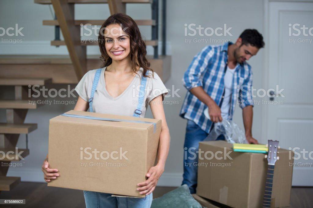 Portrait de sourire boîte de tenue de femme avec homme photo libre de droits