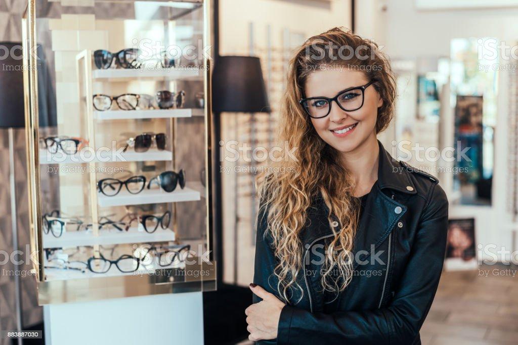 Porträt der lächelnde Frau in optischen Speicher. – Foto