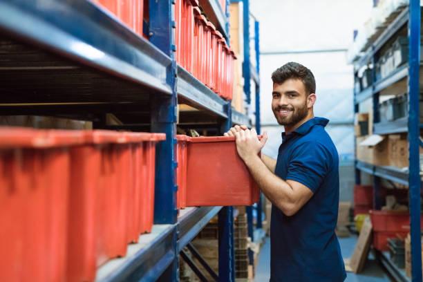 portret van smiling worker werkt in warehouse - warehouse worker stockfoto's en -beelden