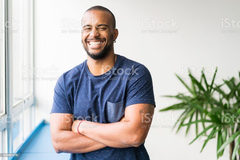 Retrato de jovem sorridente empresário no escritório criativo - foto de acervo
