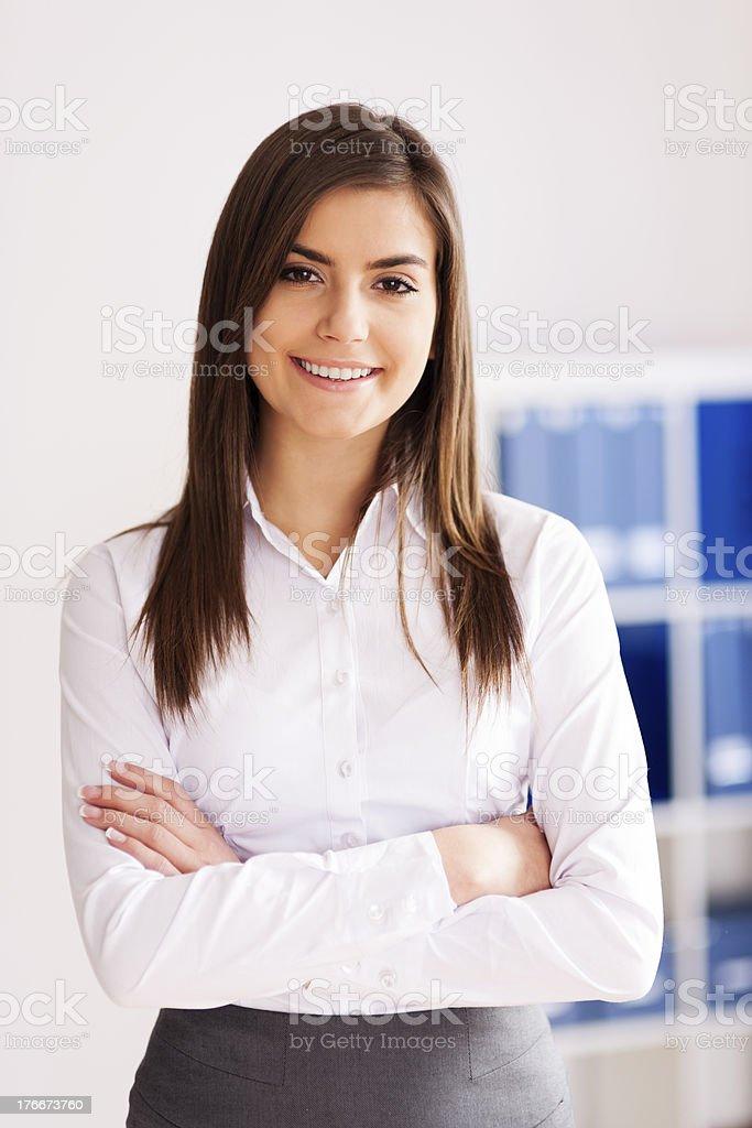 Retrato de la sonriente Joven mujer de negocios en oficina foto de stock libre de derechos