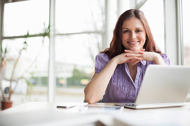 Porträt der lächelnde junge Geschäftsfrau im Büro  – Foto