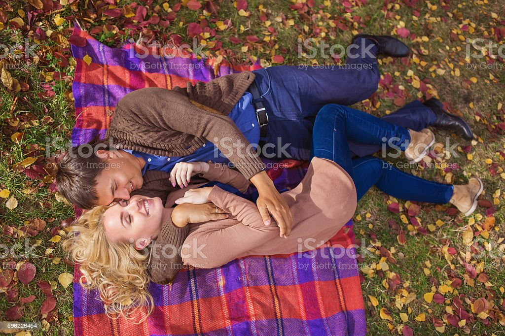 TOP VIEW: Portrait of smiling young couple on a plaid foto royalty-free