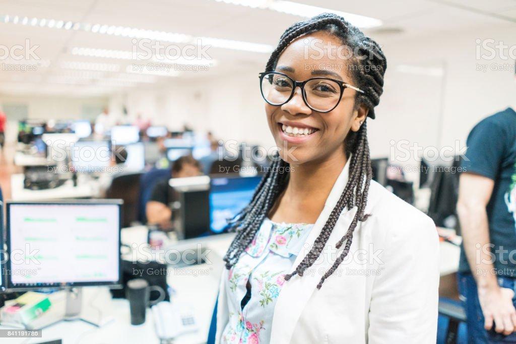 Retrato de sorridente jovem empreendedor no escritório criativo - foto de acervo