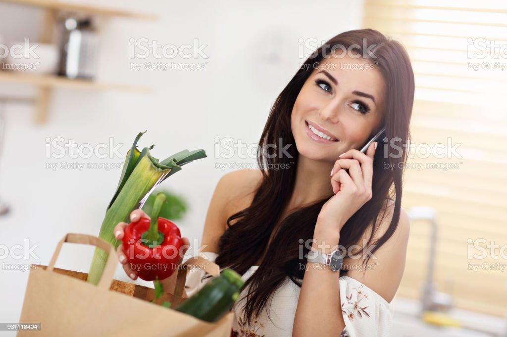 Gülümseyen genç ev hanımı modern mutfak portresi - Royalty-free Alışveriş Stok görsel