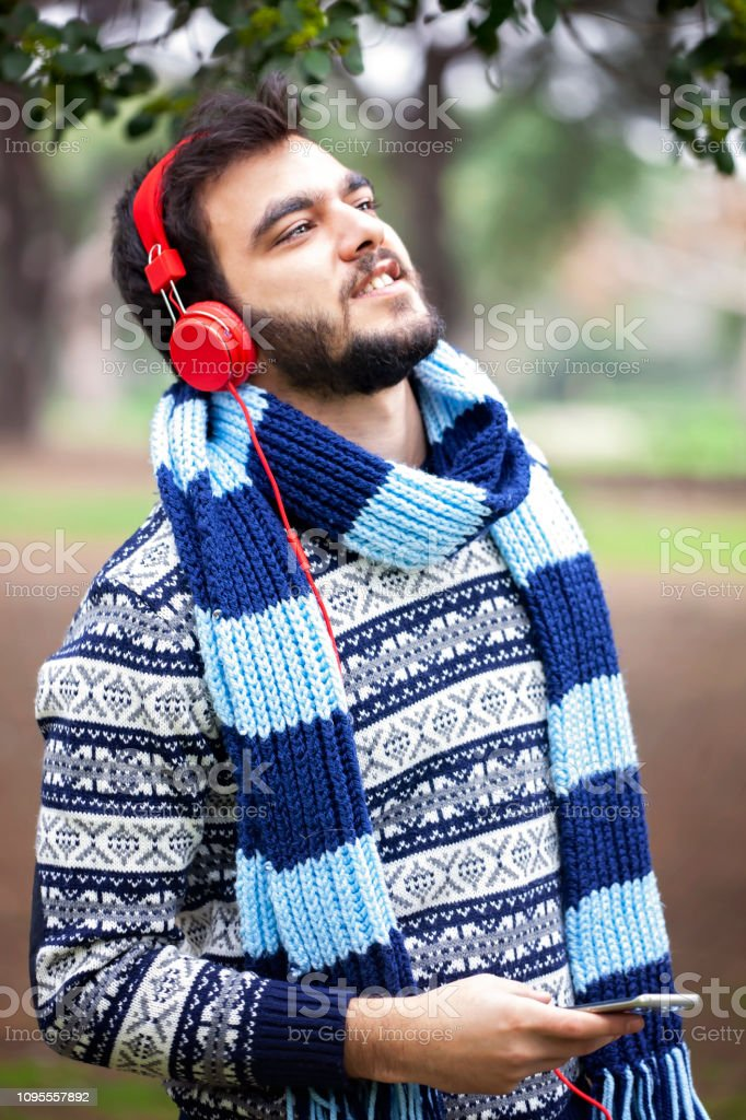 Genç adam açık havada gülümseyen portresi stok fotoğrafı