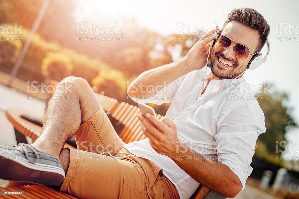 Porträt eines lächelnden jungen Mannes  – Foto
