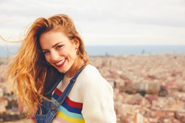 Porträt der lächelnde junge Frau gegen Stadtbild – Foto