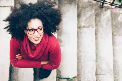 Porträt Von Lächelnde Junge Frau Stehend Auf Der Treppe Stockfoto und mehr Bilder von Afrikanischer Abstammung