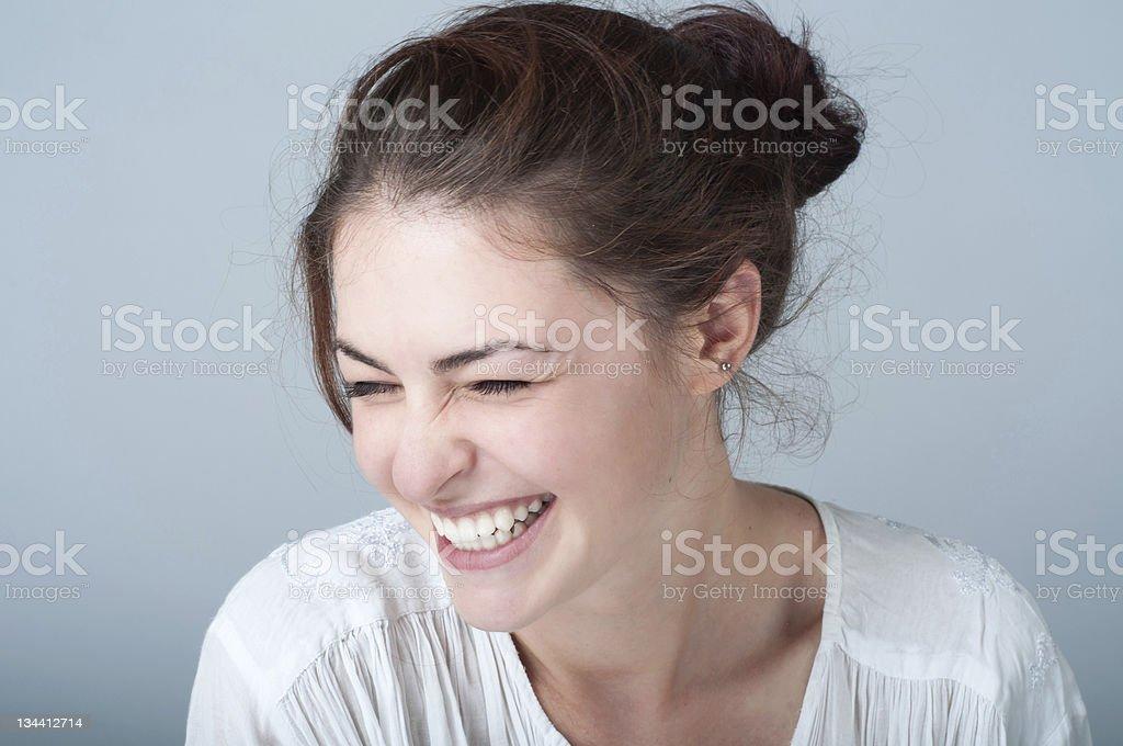 Portrait de souriant jeune femme aux cheveux bruns - Photo