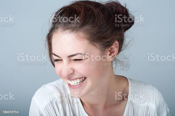 Porträt Der Lächelnde Junge Frau Mit Braunen Haaren Stockfoto und mehr Bilder von 20-24 Jahre