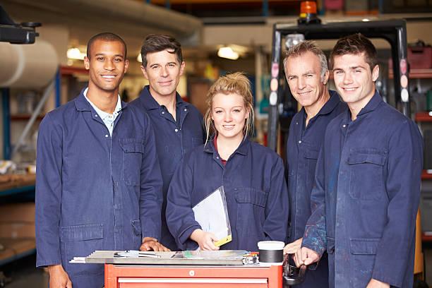 Porträt der Mitarbeiter stehen In Engineering Factory – Foto