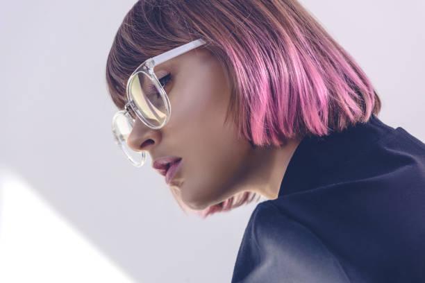 porträt der stilvolle mädchen mit rosa haaren und brille auf weiß - haarfarbe ohne ammoniak stock-fotos und bilder