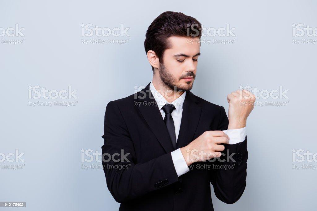 Retrato de hombre guapo elegante en traje negro y camisa blanca de botones  gemelos foto de 4e21d00c228
