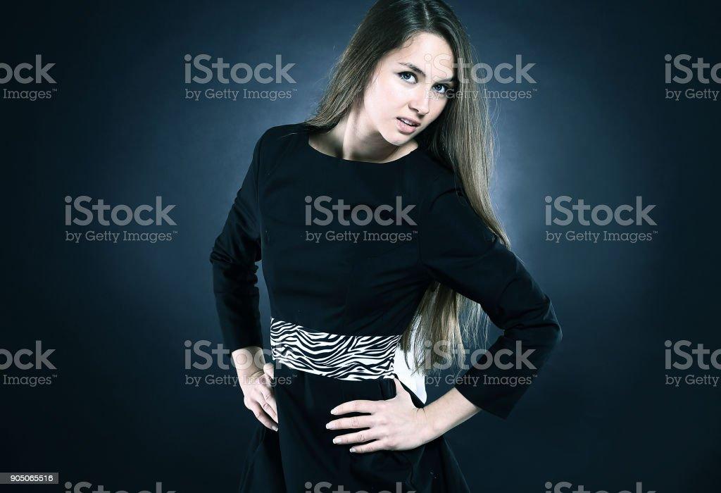 retrato de uma jovem elegante de vestido preto - foto de acervo