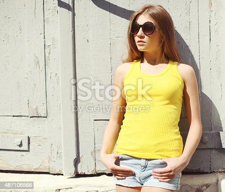 f8a5535472 487086034istock Retrato de una mujer elegante joven usando gafas de sol y  camiseta 487108566