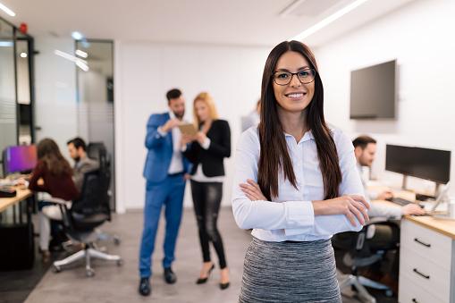 사무실에서 성공적인 아름 다운 실업의 초상화 Employee에 대한 스톡 사진 및 기타 이미지