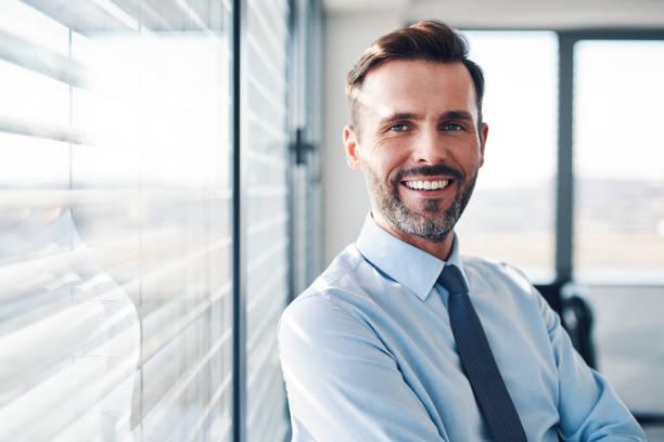 Porträt erfolgreicher Geschäftsmann im modernen Büro – Foto