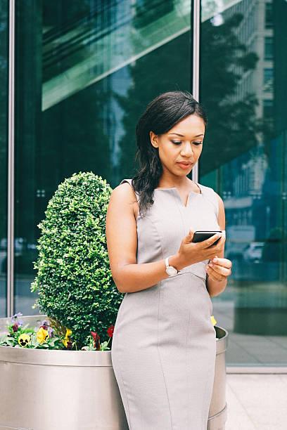 porträt des erfolgreichen geschäftsfrau mit smartphone im freien - liebeskummer englisch stock-fotos und bilder