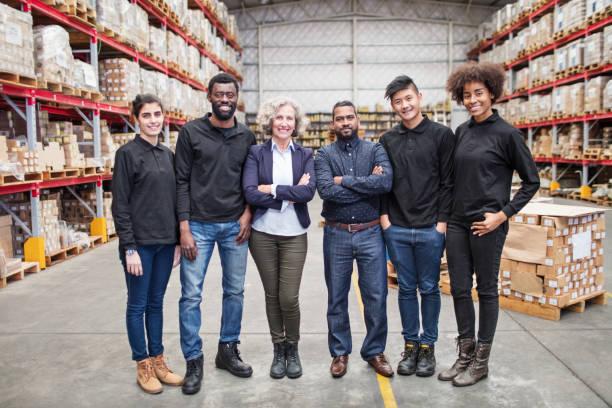portret van succesvol logistiek team - warehouse worker stockfoto's en -beelden