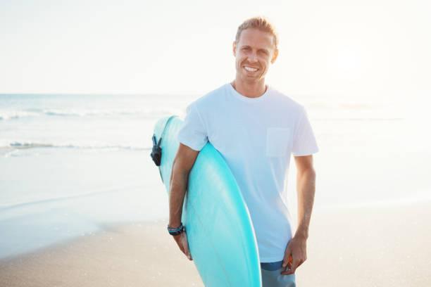 Porträt der Surfer in weißes t-shirt – Foto