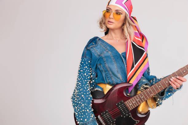porträt von überrascht rock'n'roll frau auf der suche auf der seite - schal mit sternen stock-fotos und bilder