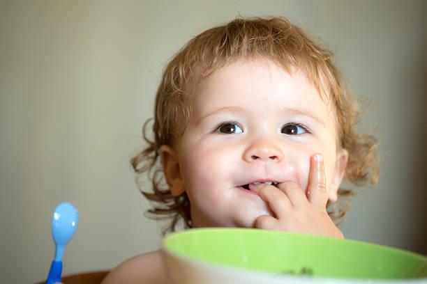 Porträt von niedlichen baby-Junge Essen – Foto