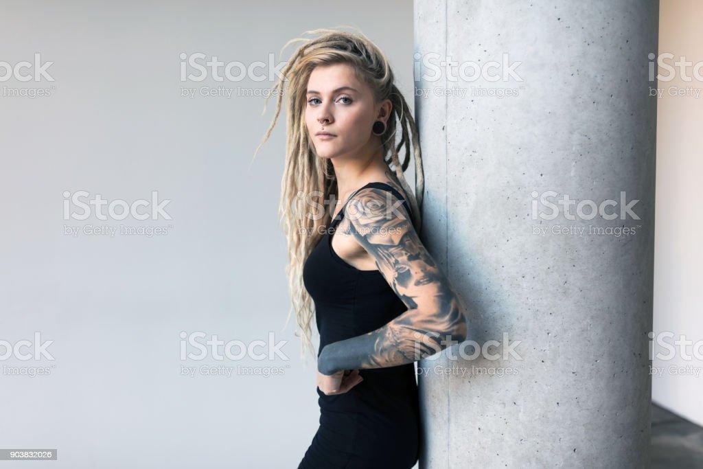 Porträt von gepiercte und tätowierte junge Frauen mit blonden dreadlocks – Foto