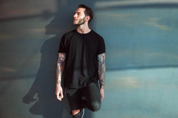 retrato de jovem tatuado - camiseta preta - fotografias e filmes do acervo