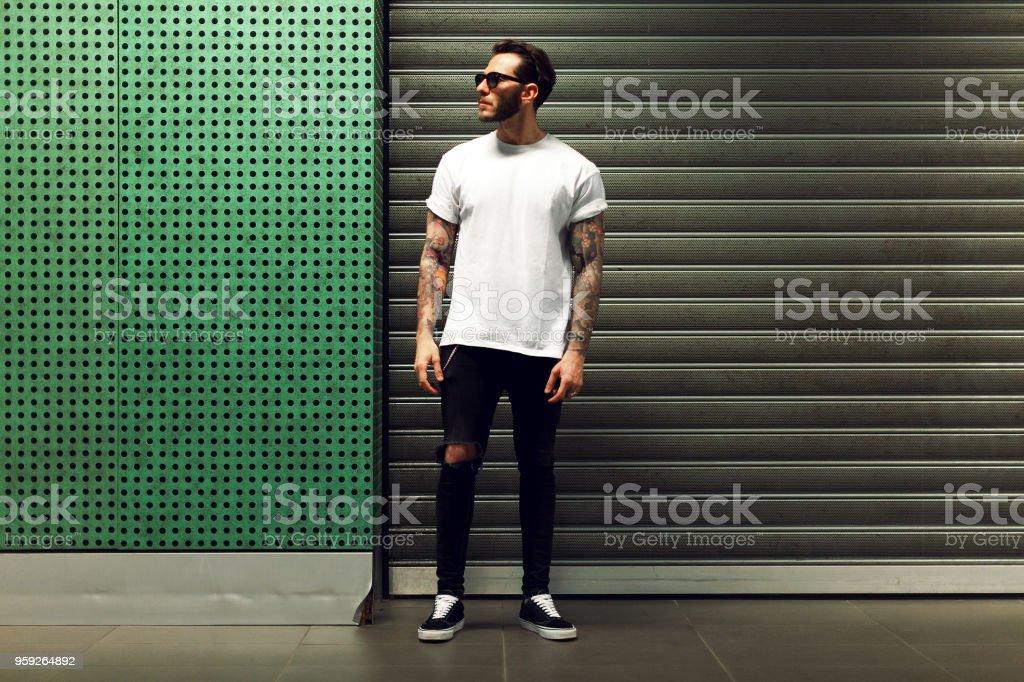 Retrato de hombre joven tatuado - foto de stock