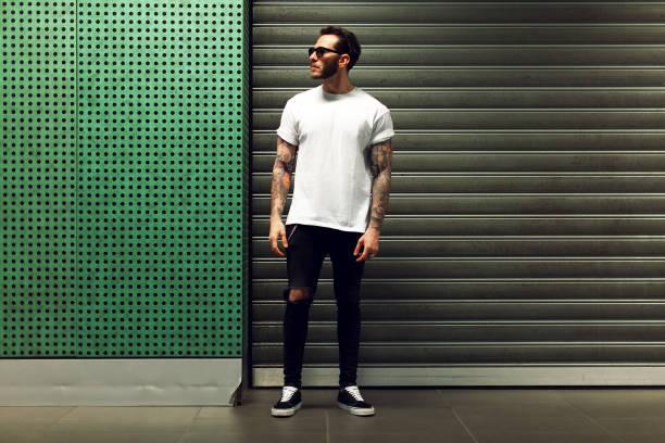 入れ墨の若い男性の肖像画 - tシャツ ストックフォトと画像