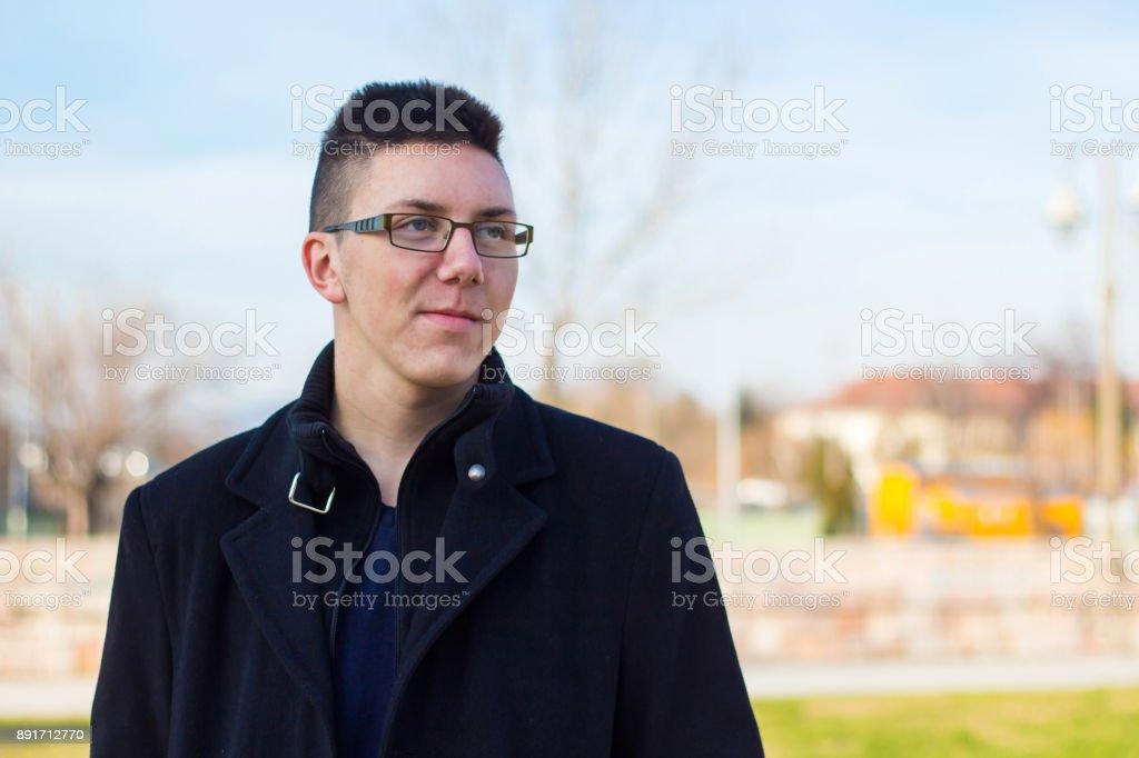 official photos 31aa7 1dd16 Porträt Von Teenager Im Schwarzen Mantel Im Freien Stockfoto ...