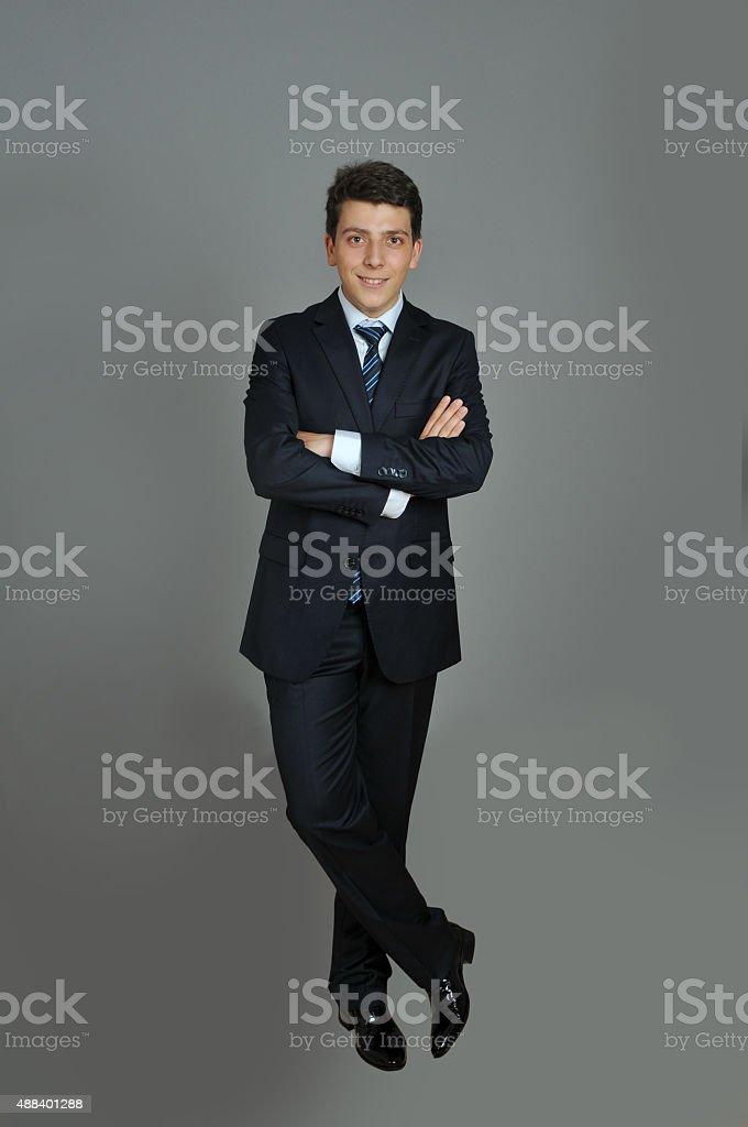 f8dad89cb5d6 Ritratto di ragazzo adolescente in abito su Sfondo grigio foto stock  royalty-free