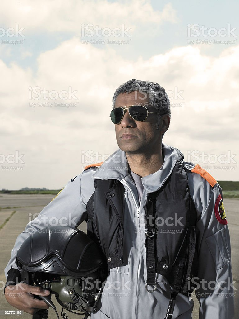 Ritratto di pilota di prova sul campo d'aviazione foto stock royalty-free