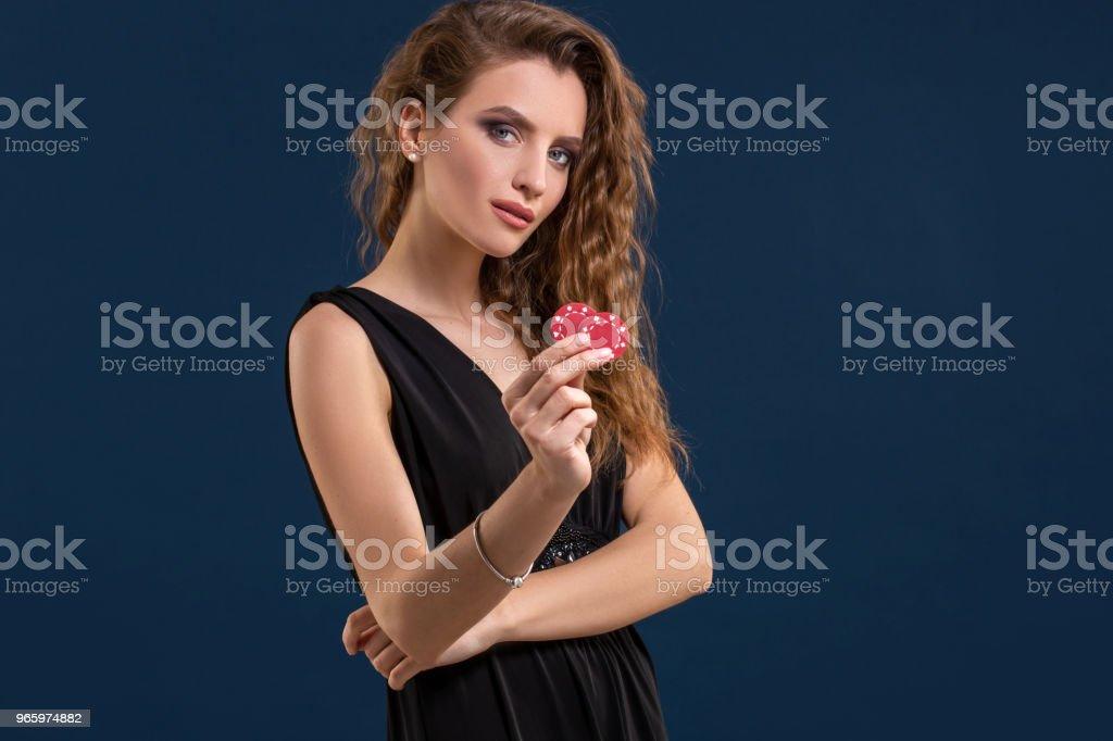 Portret van de vrouwelijke gokker in het houden van poker casino chips in de hand - Royalty-free Casino Stockfoto