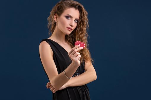 Portret Van De Vrouwelijke Gokker In Het Houden Van Poker Casino Chips In De Hand Stockfoto en meer beelden van Casino