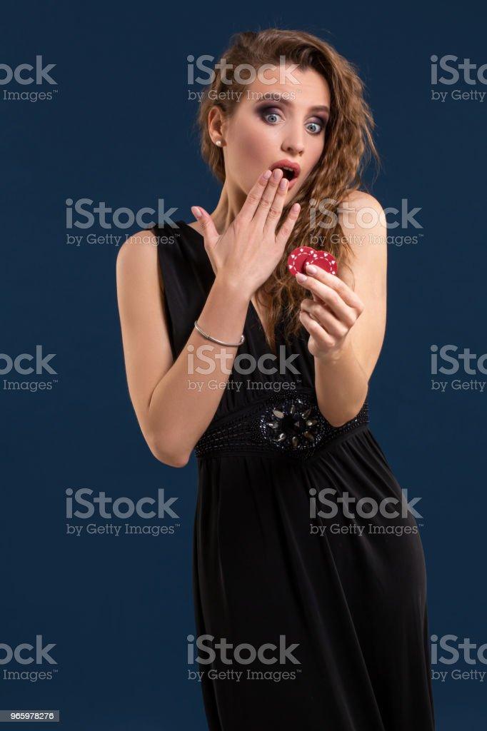 Porträt der weiblichen Spieler im Casino Poker zu halten-chips in der hand - Lizenzfrei Dunkel Stock-Foto