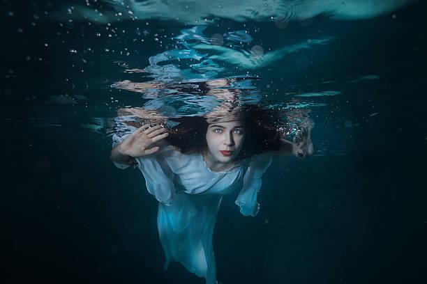 portrait of the girl under water. - meerjungfrau kleid stock-fotos und bilder