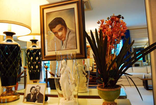 portrait des königs, graceland - promi zuhause stock-fotos und bilder