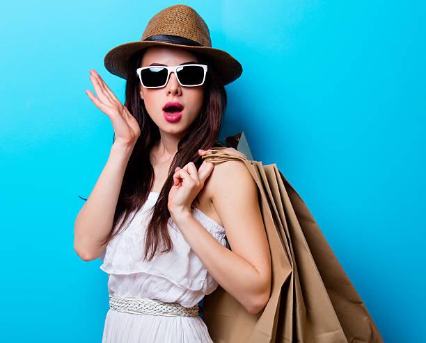 porträt von die junge frau mit einkaufstaschen - kleider günstig kaufen stock-fotos und bilder